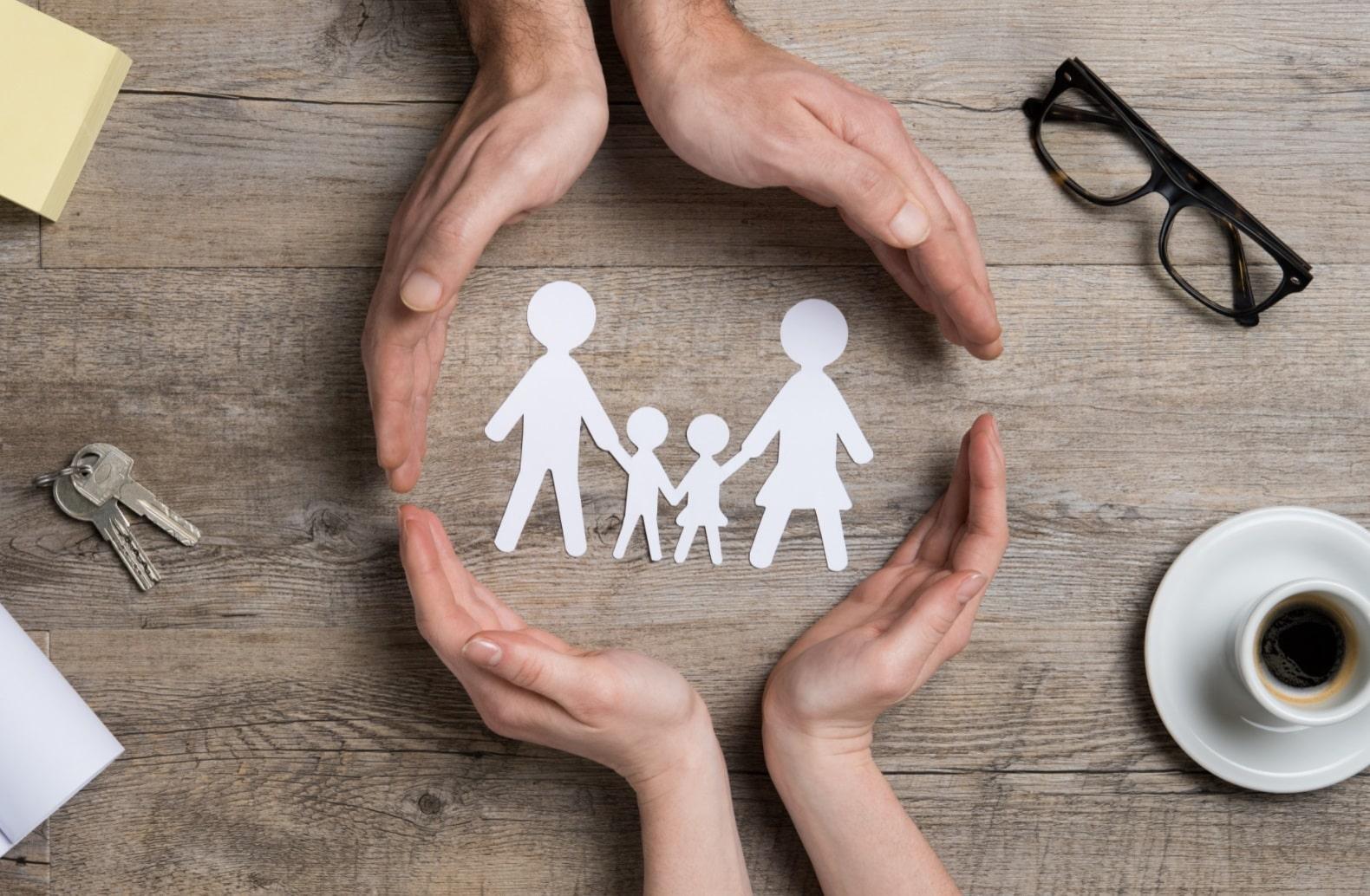 Famille miniature dans les mains