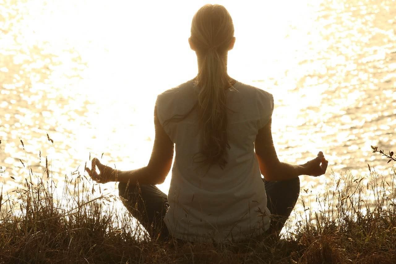 Une yogi en pleine séance de yoga